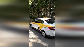 Водителю Яндекс Такси пассажиры разбили машину